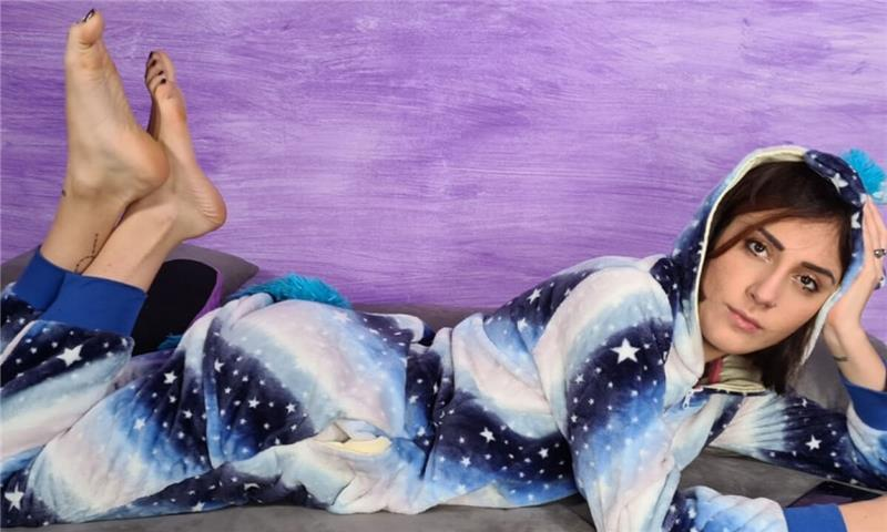 Stunning Aradia In A One-Piece Hooded Pajama And Purple Slippers - Amateur Foot Fetish 3D Porn Solo
